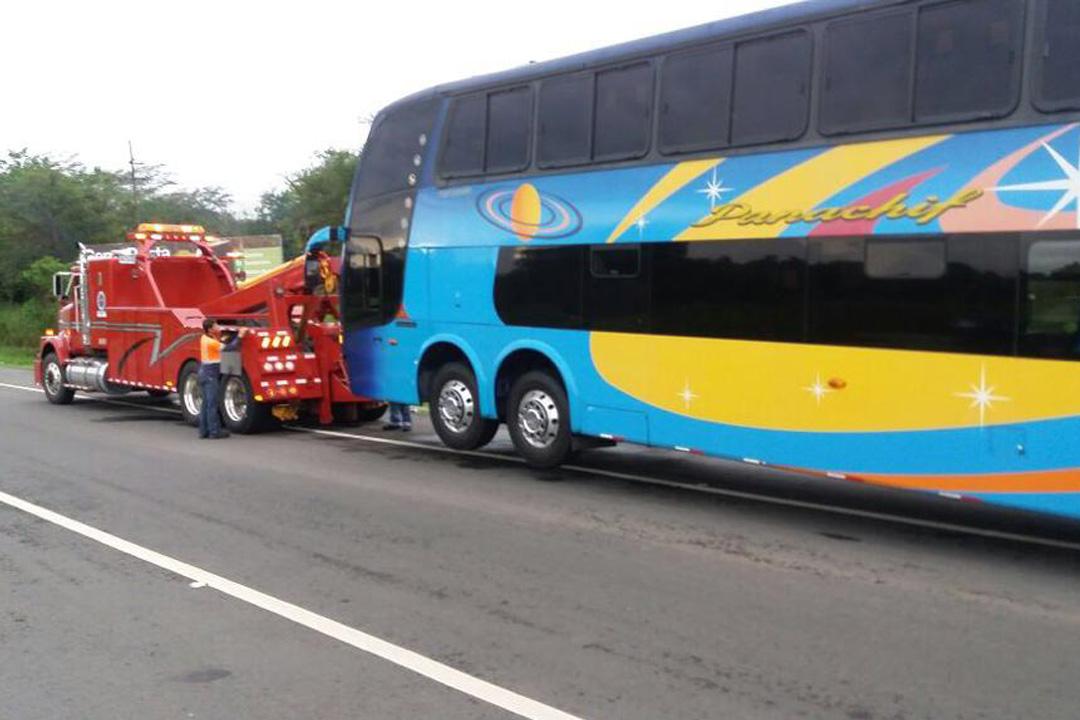 Bus accidentado, grúa auxiliando